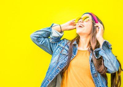 ragazza su sfondo giallo
